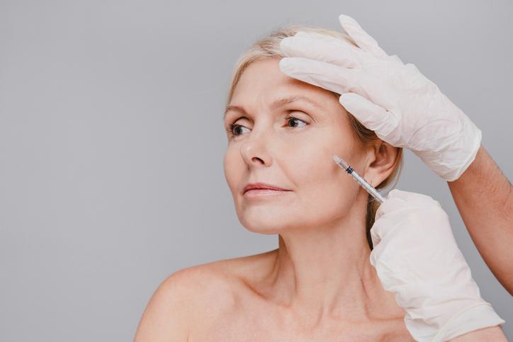 kobieta poddawana zastrzykom kosmetycznym