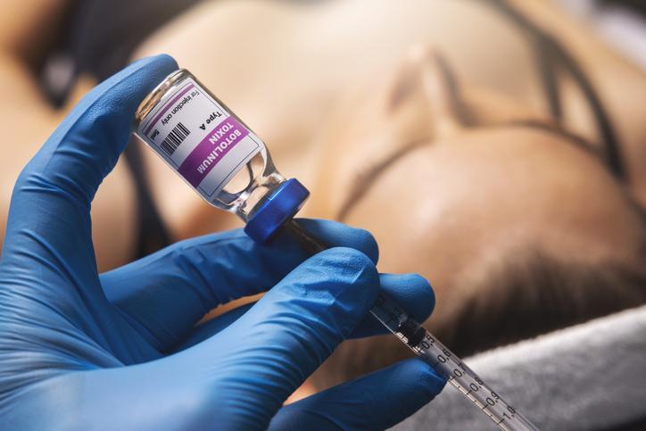 napełnianie strzykawki toksyną botulinową